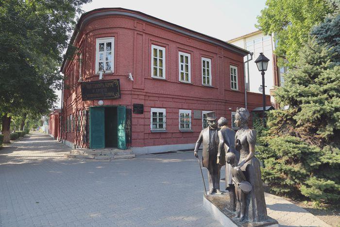Лавка семьи Чеховых. Таганрог. Второй этаж традиционно жилой. Вверху живут, внизу торгуют. Традиционный уклад купеческой семьи.