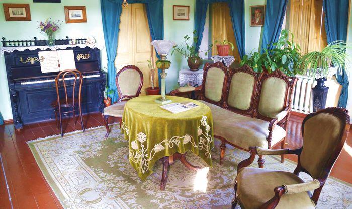 Убранство гостиной комнаты второго этажа лавки Чеховых.