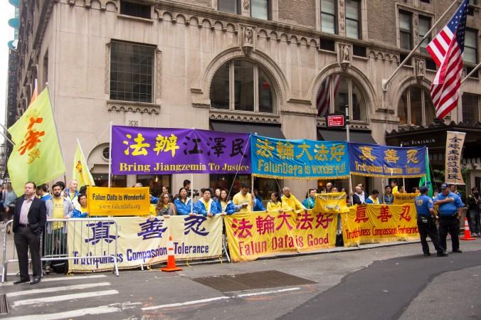 Последователи духовной практики Фалуньгун призывают к окончанию преследований в Китае. Акция проходила напротив отеля Waldorf Astoria York, где останавливался китайский лидер Си Цзиньпин во время визита в Нью-Йорк 28 сентября. Фото: Edward Dye/Epoch Times