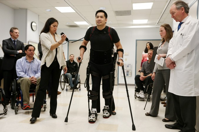 43-летний Роберт Ву ходит с помощью экзоскелетного устройства, созданного компанией Ekso Bionics. 6 декабря 2012 года, Нью-Йорк. Фото: Mario Tama/Getty Images