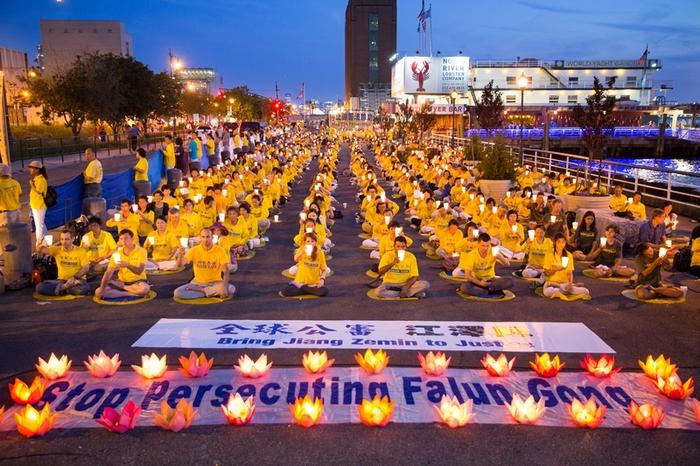 Акция памяти сторонников Фалуньгун, погибших в Китае в результате репрессий. На плакатах содержится призыв остановить преследование Фалуньгун и привлечь к суду Цзян Цзэминя. Нью-Йорк, США. Июль 2015 года. Фото: The Epoch Times