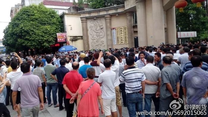 Протесты крестьян. Уезд Биньян автономного района Гуанси. Сентябрь 2015 года. Фото с epochtimes.com