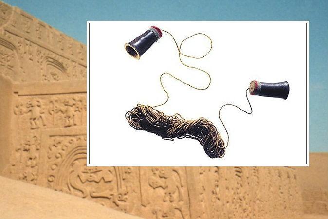 Справа: телефон, созданный более 1000 лет назад народом чиму в Перу. Фото: Travis Rathbone/Smithsonian National Museum of the American Indian. На заднем плане: древний город Чан-Чан, Перу. Фото: David Holt/CC BY-SA