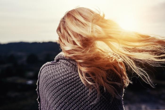 женщина наблюдает закат
