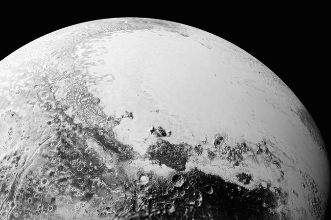 Вид на поверхность Плутона примерно в 1,8 тысячи километров над экватором. Фото: NASA
