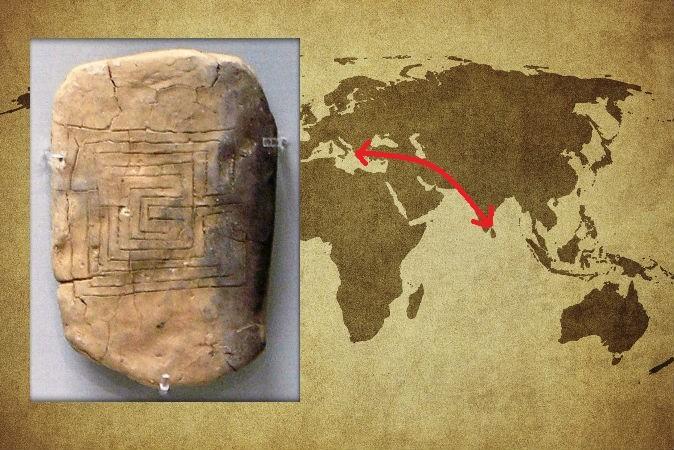 Слева: глиняная табличка из Пилоса, Греция, 1200 г. до н.э. Фото: Marsyas/CC BY-SA Справа: карта со стрелкой из Пилоса в южную Индию, где найден лабиринт, похожий на тот, что изображён на табличке. Фото: Javarman3/iStock