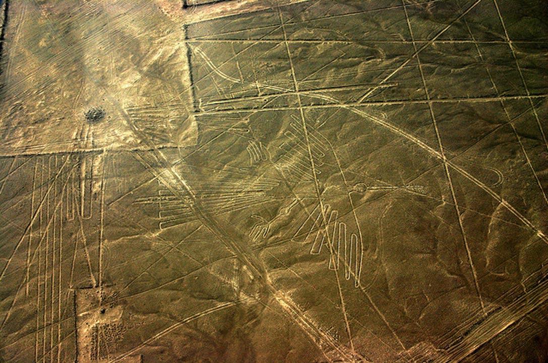 Загадочные линии Наска с кондором в центре. Фото: Пол Уильямс, Flickr / CC BY-SA 2.0)