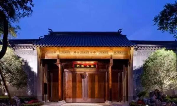Ширина ворот достигает 6.5 метра, словно это врата в «Запретный город». (прим.: дворец китайского императора). Фото: NTDTV
