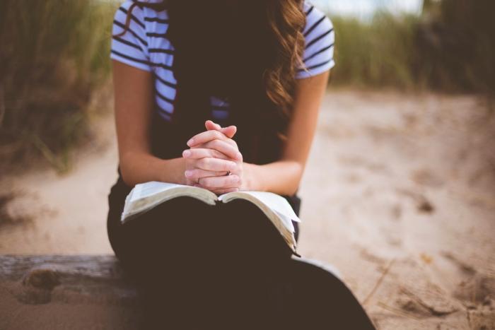 девушка изучает Библию