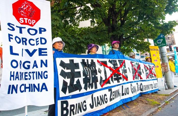 Последователи Фалуньгун встречают председателя КНР с требованиями прекратить репрессии их единомышленников в Китае. Сиэтл, США. Сентябрь 2015 года. Фото: The Epoch Times