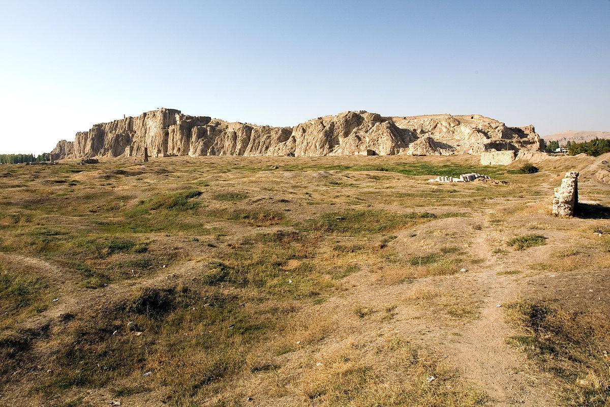 Территория, в древности занимаемая Тушпой, на фоне Ванской скалы. Фото: EvgenyGenkin/wikipedia.org/GFDL