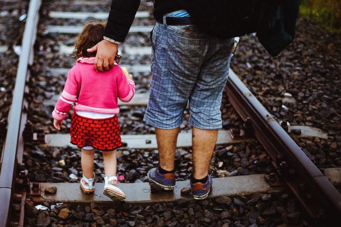 Беженцы из Сирии идут  вдоль железной дороги. Фото: Freedom House/flickr.com/Public domain