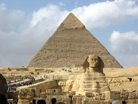 Сфинкс на фоне пирамиды Хефрена. Фото: Citypeek/wikipedia.org/CC BY-SA 3.0
