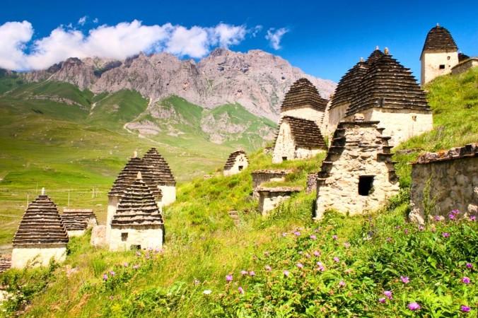 Руины древнего поселения Даргавс. Фото: Bigstoc