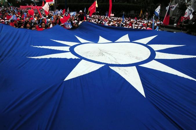 Флаг Китайской Республики во время митинга, организованного Ма Инцзю, кандидатом в президенты от правящей партии Гоминьдан в Тайбэе, Тайвань, 8 января 2012 года. Фото: Aaron Tam/AFP/Getty Images