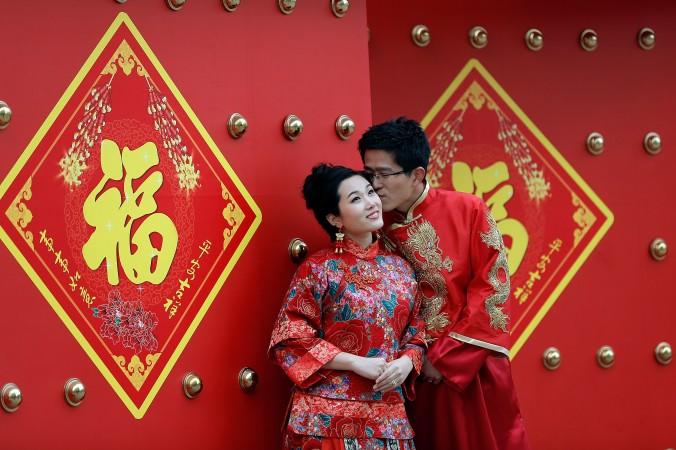 Свадебное фото китайских молодожёнов в традиционных костюмах, 14 февраля 2013 года. Фото: Lintao Zhang/Getty Images