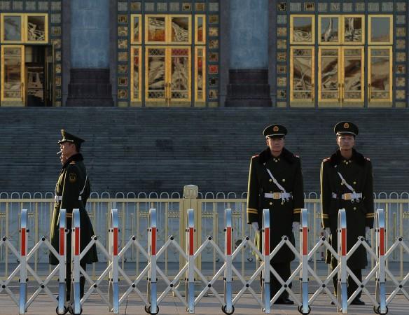 Китайская военизированная полиция патрулирует у Дома народных собраний в Пекине в ноябре 2013 года. Фото: Mark RalstonAFP/Getty Images