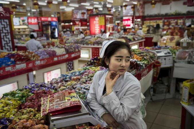 Китайская продавщица ждёт клиентов в магазине, Пекин, 20 января 2015 года. Фото: Kevin Frayer/Getty Images