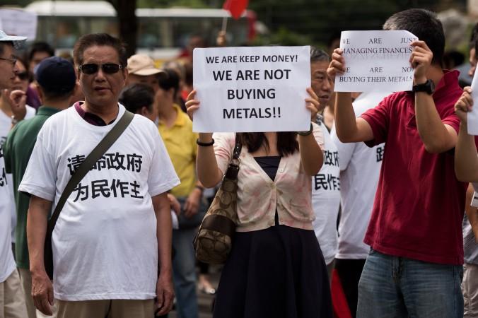Демонстранты протестуют против заморозки вкладов биржей металлов «Фанья» в Шанхае, 25 сентября 2015 года. Фото: Johannes Eisele/AFP/Getty Images