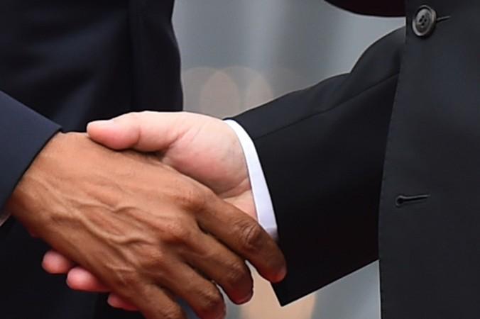 Американский президент Барак Обама (слева) жмёт руку китайскому президенту Си Цзиньпину в Белом доме 25 сентября. Фото: JIM WATSON/AFP/Getty Images
