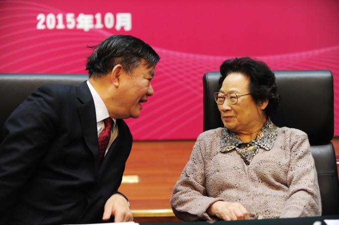 Ту Юю (справа), первая китаянка, получившая Нобелевскую премию, на симпозиуме китайской комиссии по здравоохранению и планированию семьи, 8 октября 2015 года. Фото: STR/AFP/Getty Images