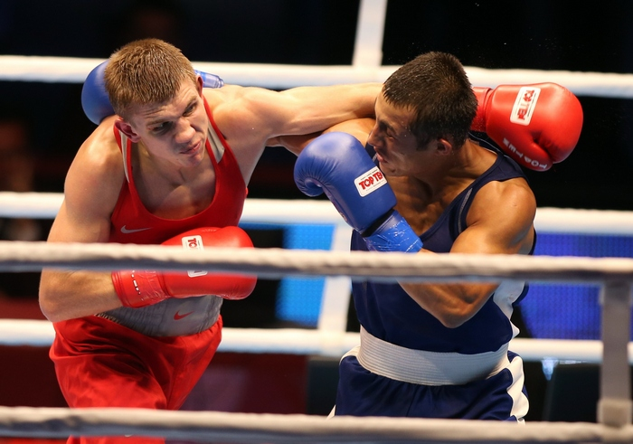 Бой Виталия Дунайцева (слева) с Фазлиддином Гаибназаровым (справа). Фото: FAISAL AL-TAMIMI/AFP/Getty Images