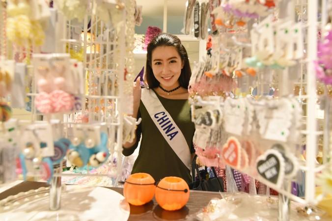 Маленькая «Мисс Китай» на шопинге в Токио 23 октября. Фото: TORU YAMANAKA/AFP/Getty Images