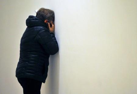 1 ноября объявлен днём траура в России, человек говорит по телефону в аэропоту Пулково