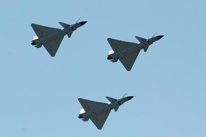 Китайские истребители J-10 летят над базой