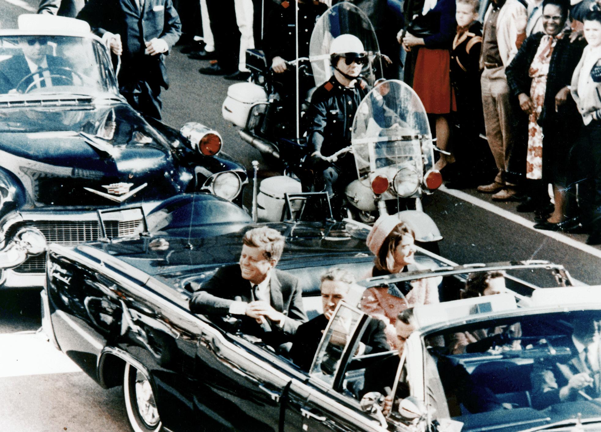 Джон Кеннеди со своей женой в лимузине за несколько минут до рокового выстрела. Фото: Hohum/wikipedia.org/ public domain