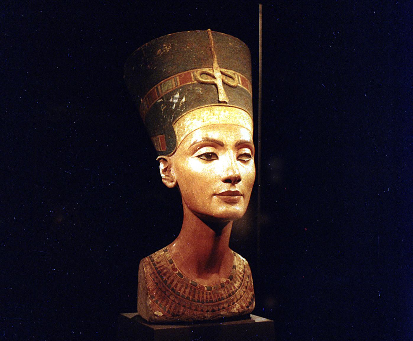 Бюст Нефертити в экспозиции Египетского музея. Фото: Vitold Muratov/wikipedia.org/ public domain