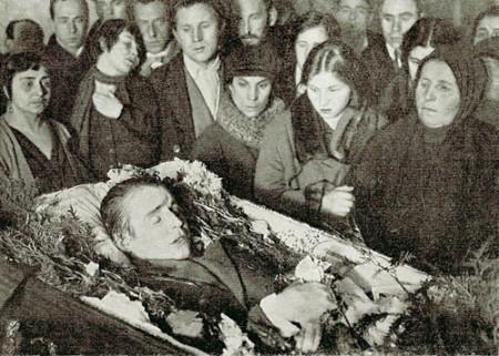 Yesenin_in_coffin