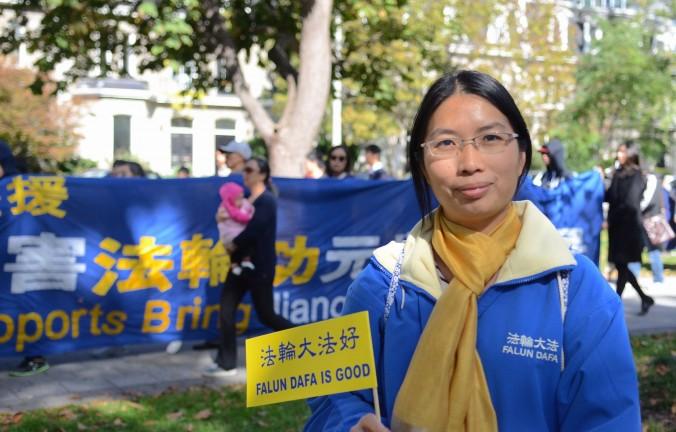 Чжэнь Дун рассказывает об арестах и пытках, которые она перенесла за то, что занимается Фалуньгун. Она считает, что Цзян Цзэминь рано или поздно будет осуждён. Фото: Matthew Little/Epoch Times