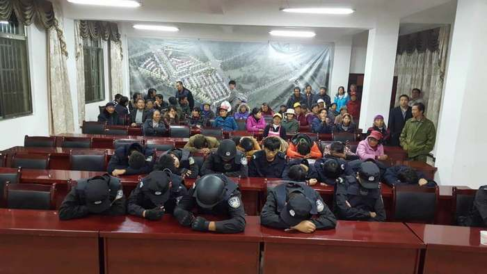 Местные жители захватили и удерживают полицейских. Уезд Лулян провинции Юньнаь. Октябрь 2015 года. Фото с molihua.org
