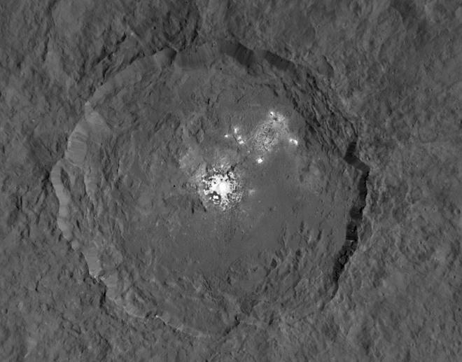 По мнению учёных, загадочные пятна на Церере являются отложениями солей. Фото: NASA
