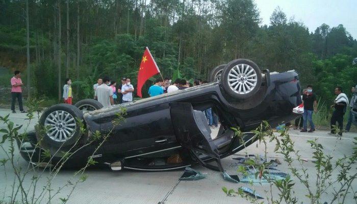 На юге Китая протестующие перекрыли дорогу и сожгли полицейские автомобили