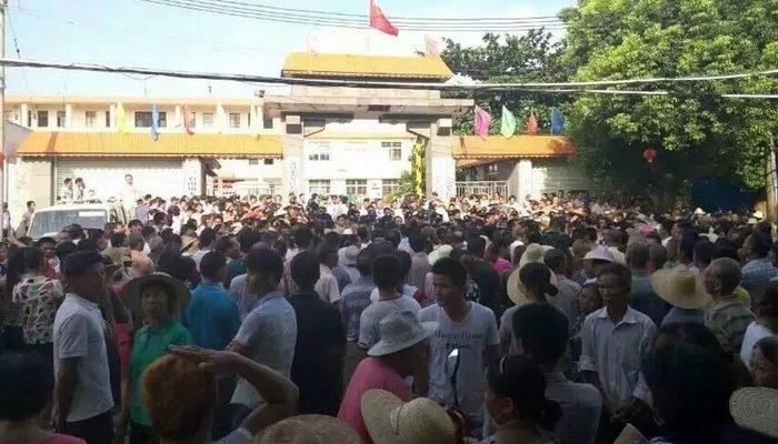 На юге Китая протестуют тысячи жителей деревни