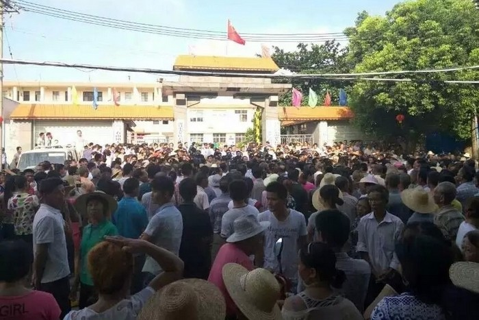 Протест местных жителей против переселения. Посёлок Шишань провинции Хайань. Октябрь 2015 года. Фото с epochtimes.com