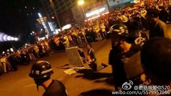 Протесты против произвола городских контролёров. Город Циньчжоу автономного района Гуанси. Октябрь 2015 года. Фото с epochtimes.com