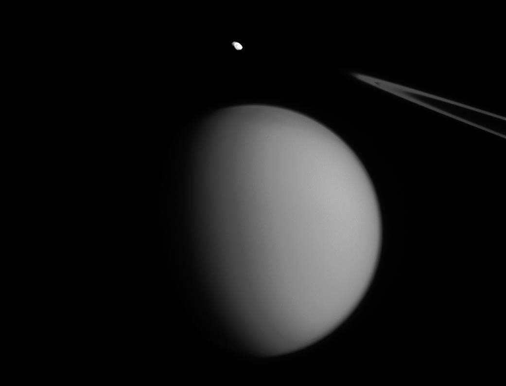Титан и Пандора. Фото: NASA