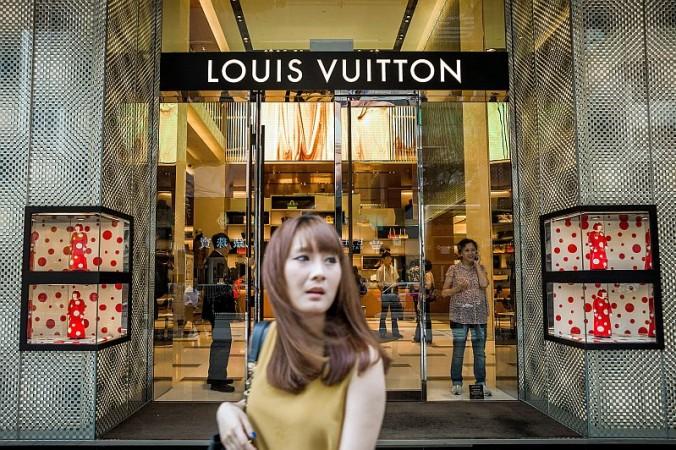 Девушка проходит мимо магазина Louis Vuitton в Гонконге, сентябрь 2012 г. Фото: PHILIPPE LOPEZ/AFP/Getty Images