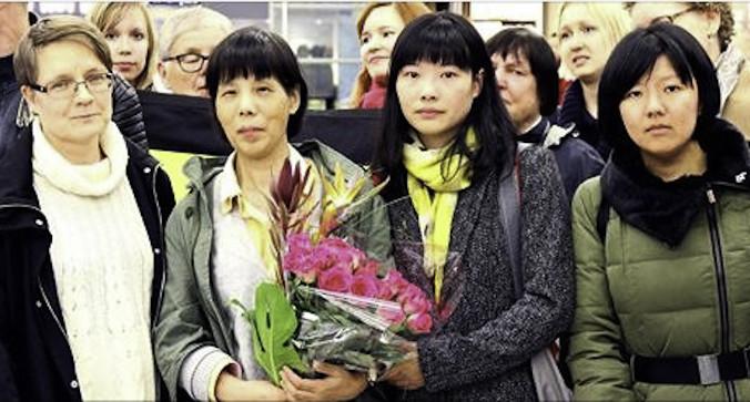 Чэнь Чжэньпин вместе с дочерью в Финляндии, 9 октября 2015 года. Фото: NTD Television