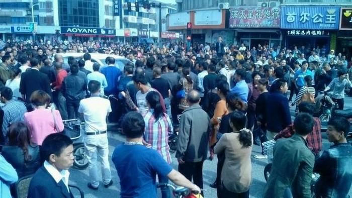 Протесты рабочих. Город Чжанцзяган провинции Цзянсу. Октябрь 2015 года. Фото с epochtimes.com