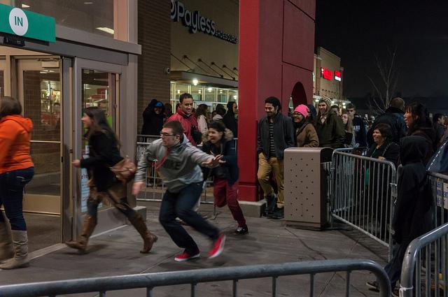 Покупатели спешат в магазин в «чёрную пятницу». Фото: Powhusku/flickr.com/CC BY 2.0
