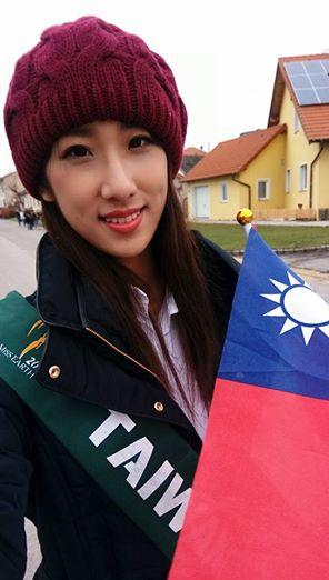 Тин Вэньинь с лентой «Китайская республика Тайвань». Фото: Facebook/screenshot