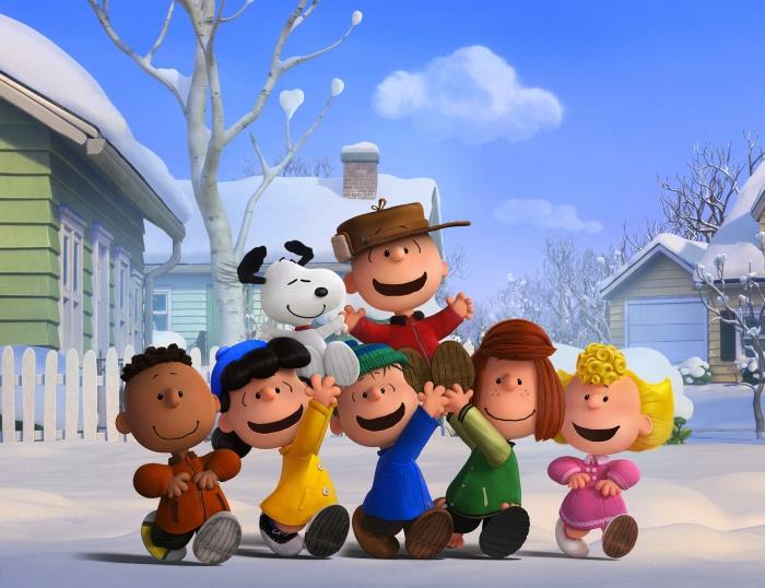 Чарли Браун, Снупи и команда (Франклин, Люси, Линус, Мятная Пэтти и Салли) наслаждаются снежным днём. (ТМ и Twentieth Century Fox Film Corporation)