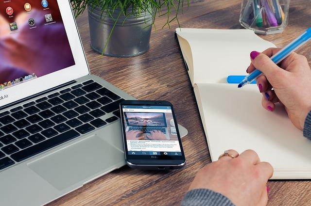 телефон, ноутбук, компьютер, работа за компьютером