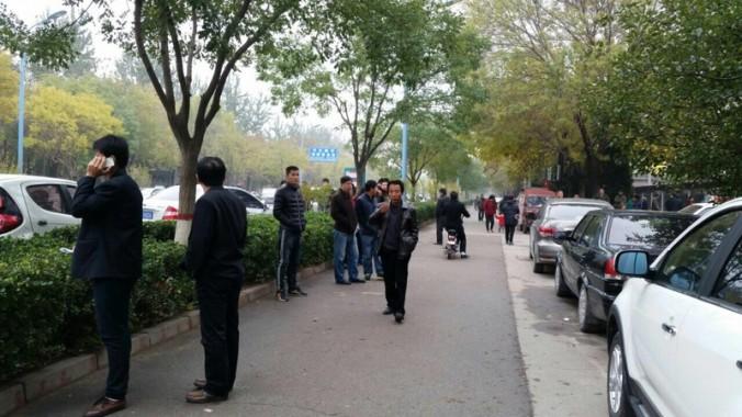 Полицейские в штатском окружили здание суда в Цанчжоу 9 ноября 2015 г., где проходит слушание по делу девять последователей Фалуньгун. Фото: Epoch Times