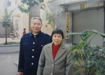 Цзян Сицин (слева) и его жена Ло Цзэхуй. Их дочь Цзян Ли пытается выяснить обстоятельства смерти отца в трудовом лагере. Фото: Minghui.org