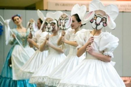 Танцоры NYTB исполняют балет «Щелкунчик» в Нью-йоркском детском госпитале Моргана Стэнли 22 декабря 2014 года. Последние восемь лет NYTB ежегодно готовит часовое представление для маленьких пациентов. Фото: Benjamin Chasteen/Epoch Times